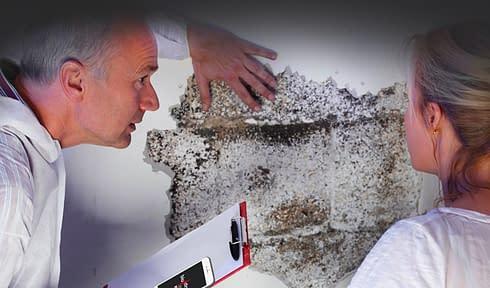Fotka odborníka na vlhkost v domě